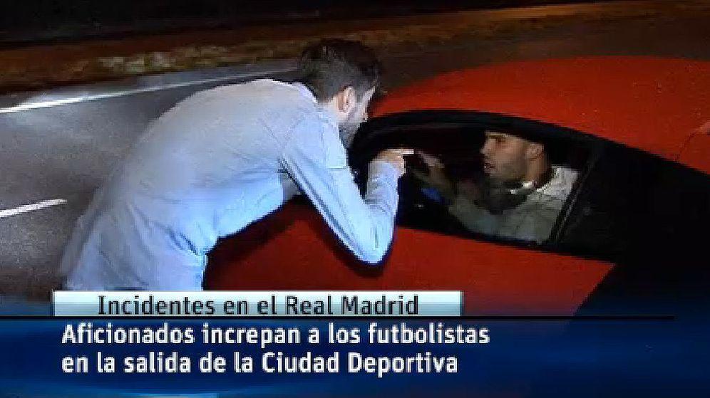 Foto: Fotograma del vídeo de Telecinco en el que Jesé es increpado por un hincha.