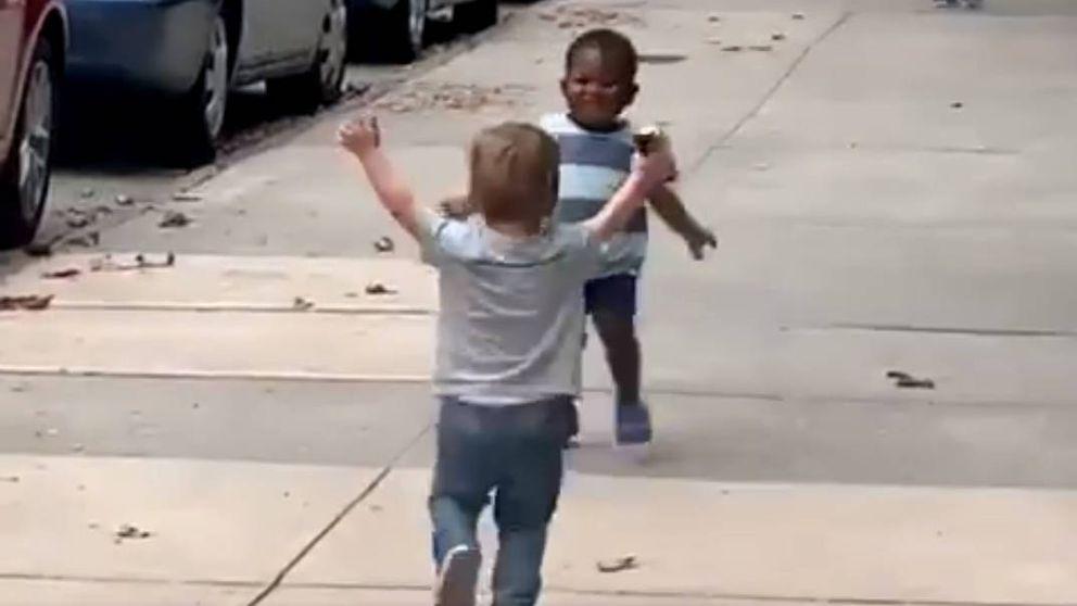 El abrazo de dos niños de dos años que se ha vuelto viral en las redes sociales