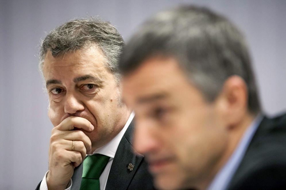 Foto: Urkullu atiende al que ha sido hasta hace poco el secretario general de Paz y Convivencia del Gobierno vasco, Jonan Fernández. (EFE)