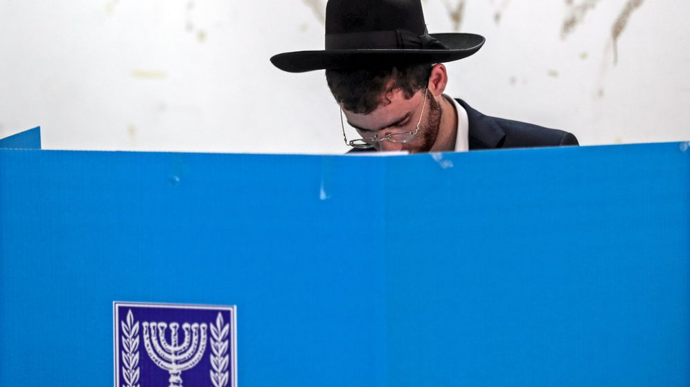 Foto: Un judío ortodoxo deposita su voto. (EFE)