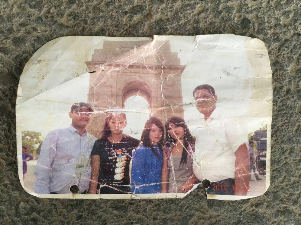 Foto: Fotografía de varias jóvenes nepalíes retenidas en Siria, junto a sus traficantes