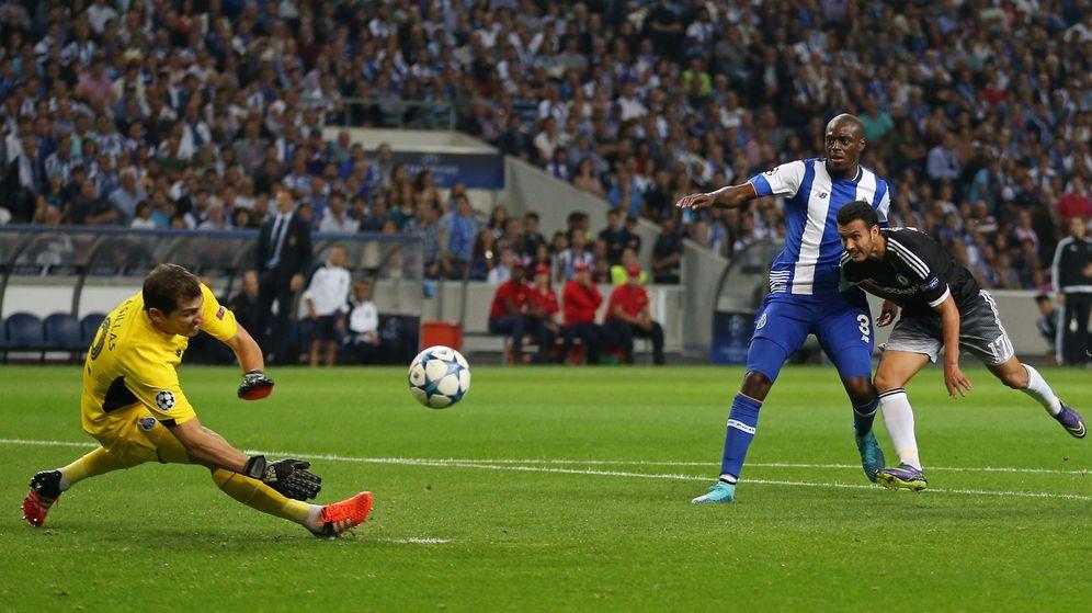Foto: Iker Casillas salva una ocasión de Pedro (Cordon Press)