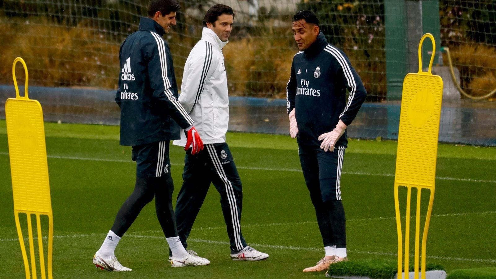 Foto: Solari junto a Courtois y Keylor Navas en un entrenamiento. (Efe)