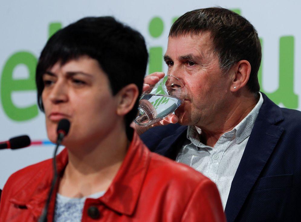 Foto: Marian Beitialarrangoitia y Arnaldo Otegi en una reciente rueda de prensa de EH Bildu. (EFE)