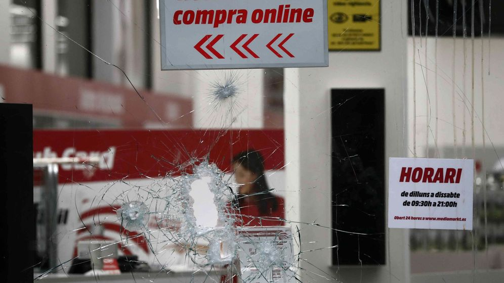 Foto: Escaparate de un comercio roto, este sábado en Barcelona. (EFE)