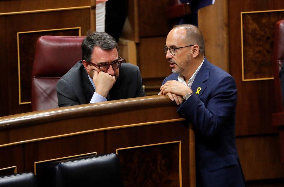 Foto: Los portavoces de PNV y PDeCAT, Aitor Esteban (i) y Carles Campuzano (d), charlan este 25 de julio en el pleno del Congreso. (EFE)