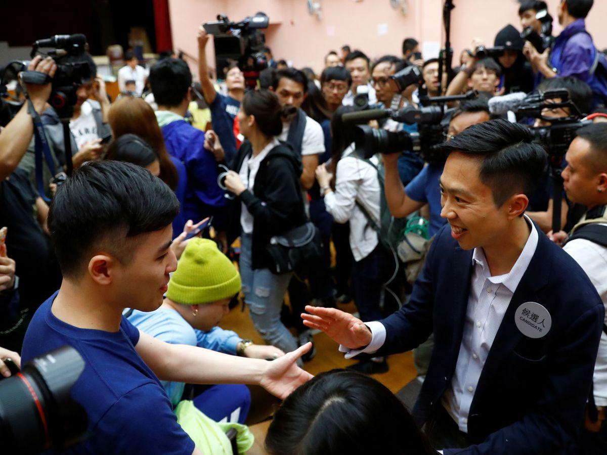 Foto: El candidato local Kelvin Lam celebra con sus partidarios la victoria en su distrito de Hong Kong. (Reuters)