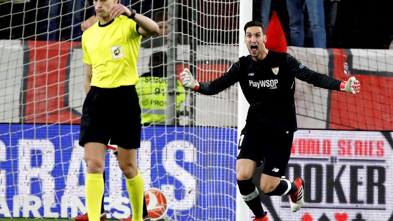 Sergio Rico protesta al árbitro la jugada que le ha colocado en el disparadero. (EFE)