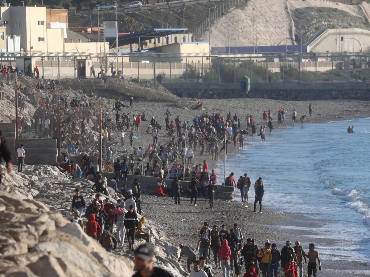 Foto: Migrantes en Marruecos en la frontera con Ceuta. (EFE)