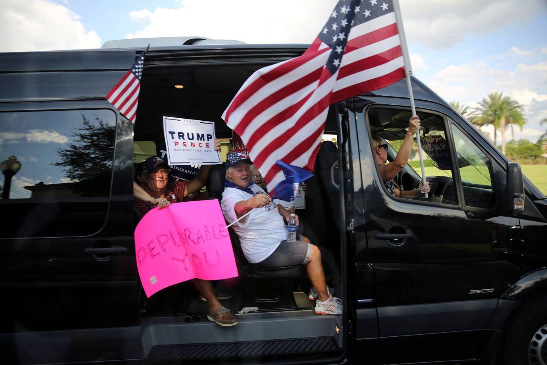 Foto: Simpatizantes de Donald Trump pasan ante un evento de campaña de Clinton en Orlando, el 21 de septiembre de 2016 (Reuters).