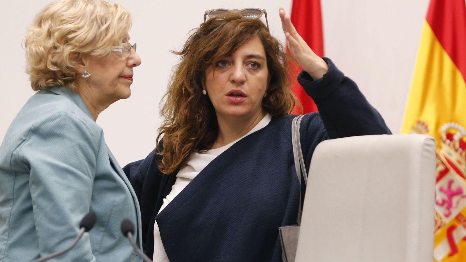 Foto: Manuela Carmena (i), conversa con la concejal de Cultura y Deportes del Ayuntamiento, Celia Mayer. (EFE)