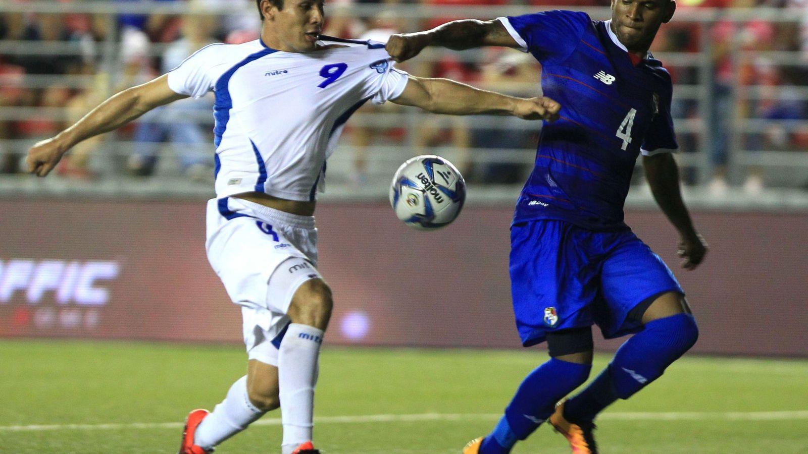 Foto: Ingel Patrick, a la derecha, de la Selección de panamá. A la izquierda, el jugador de El Salvador David Rugamas (EFE)
