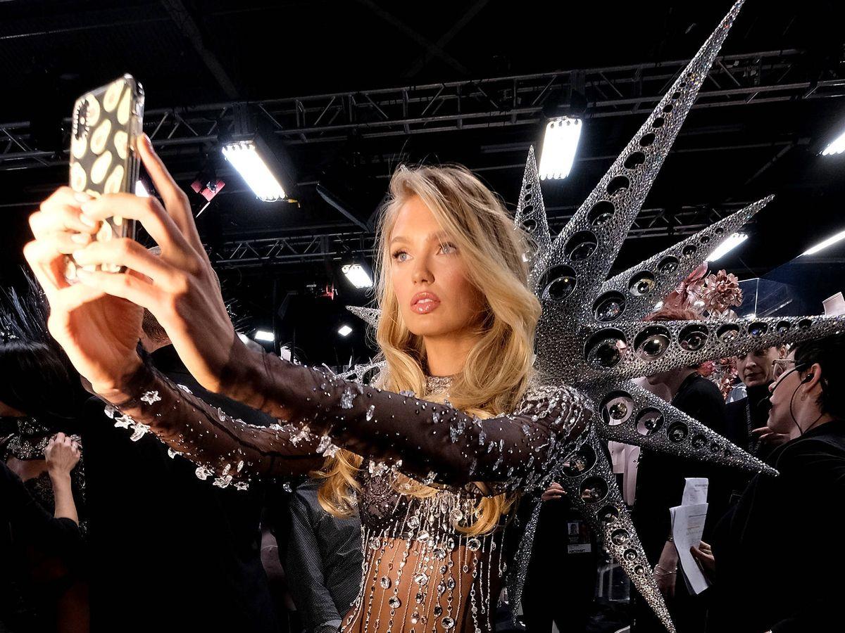 Foto: Romee Strijd, haciéndose un selfi en el desfile de Victoria's Secret de 2018. (Getty)