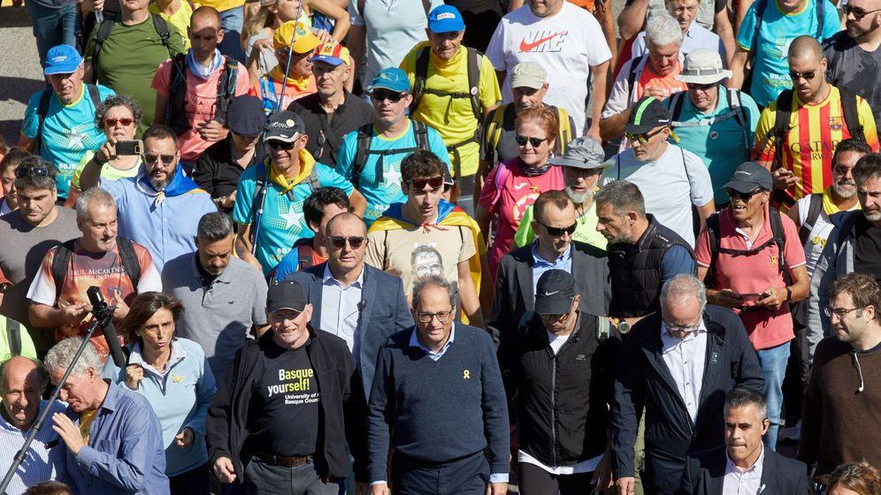 Foto: El presidente de la Generalitat, Quim Torra (c), con los independentistas, en una de las 'marchas por la libertad'. (EFE)