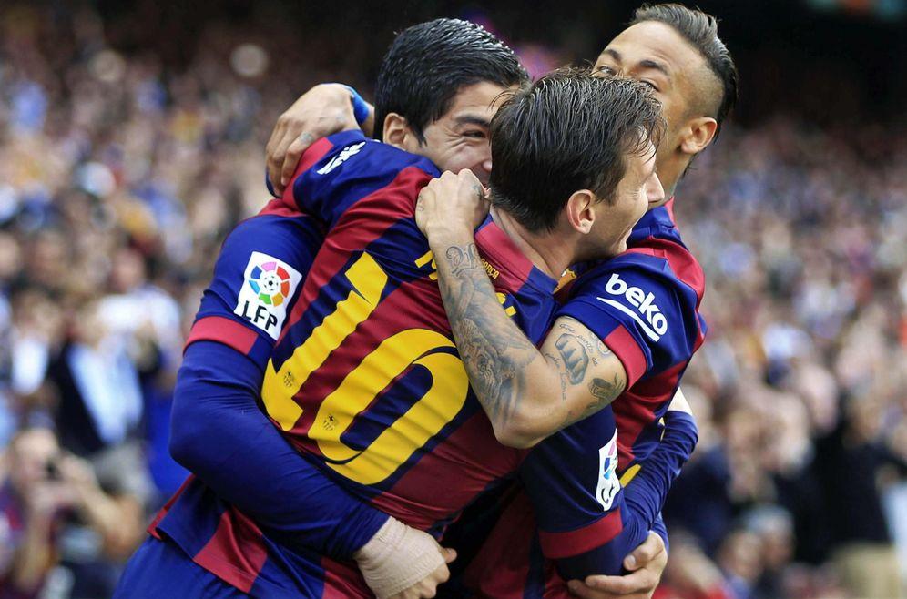 Foto: Luis Suárez y Neymar abrazan a Messi (Efe)