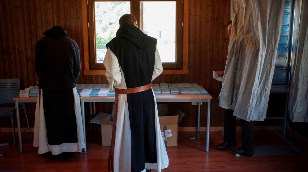 Foto: Un colegio electoral en Oseira (Ourense), en las elecciones municipales de mayo de 2019. (EFE)