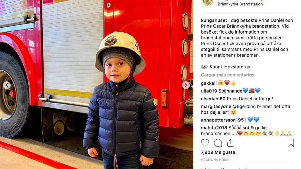 Foto: El príncipe Oscar visita una estación de bomberos junto a su padre. (Redes sociales)
