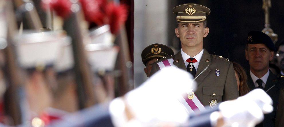 Foto: El Príncipe de Asturias contempla desde la tribuna de honor el desfile de la ceremonia militar de la Orden de San Hermenegildo. (EFE)