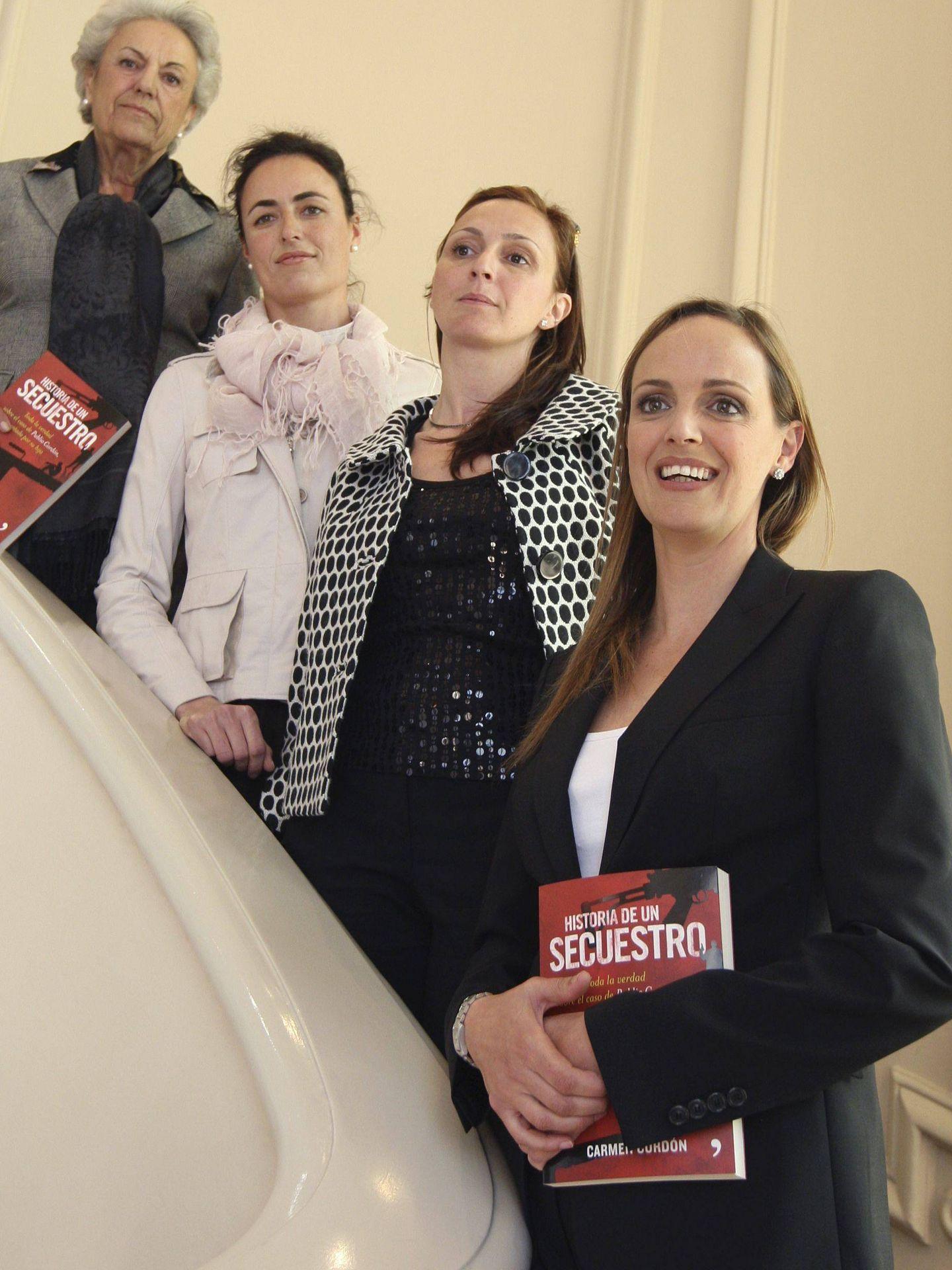 Carmen Cordón (d), hija del empresario Publio Cordón, secuestrado por los Grapo en 1995, posa junto a su madre Pilar Muro (4d), y sus dos hermanas, en la presentación de su libro 'Historia de un secuestro'. (EFE)