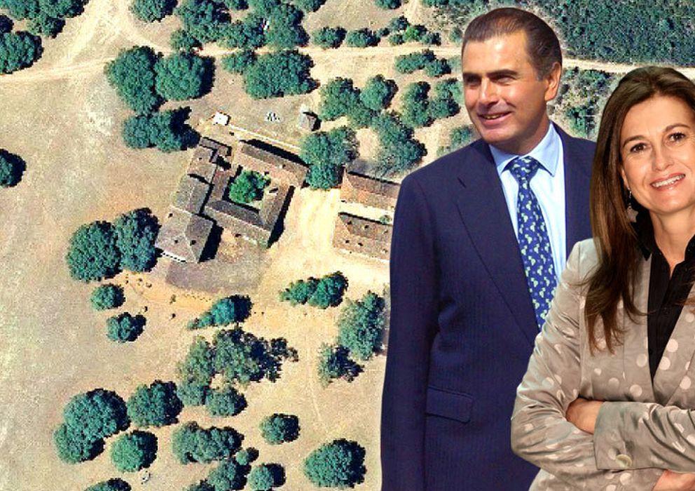 Foto: Alejandro Aznar, Mónica Oriol y una vista aérea de la finca de Cabañeros
