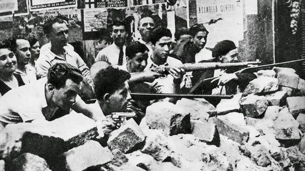Foto: Voluntarios republicanos armados en una batalla callejera en Barcelona al principio de la Guerra Civil. (Espasa)