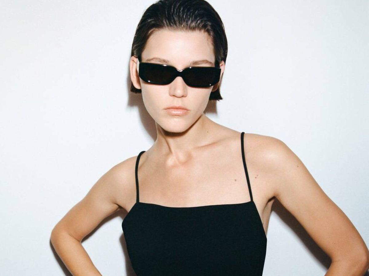 Foto: Vestido negro de las novedades de Zara. (Cortesía)