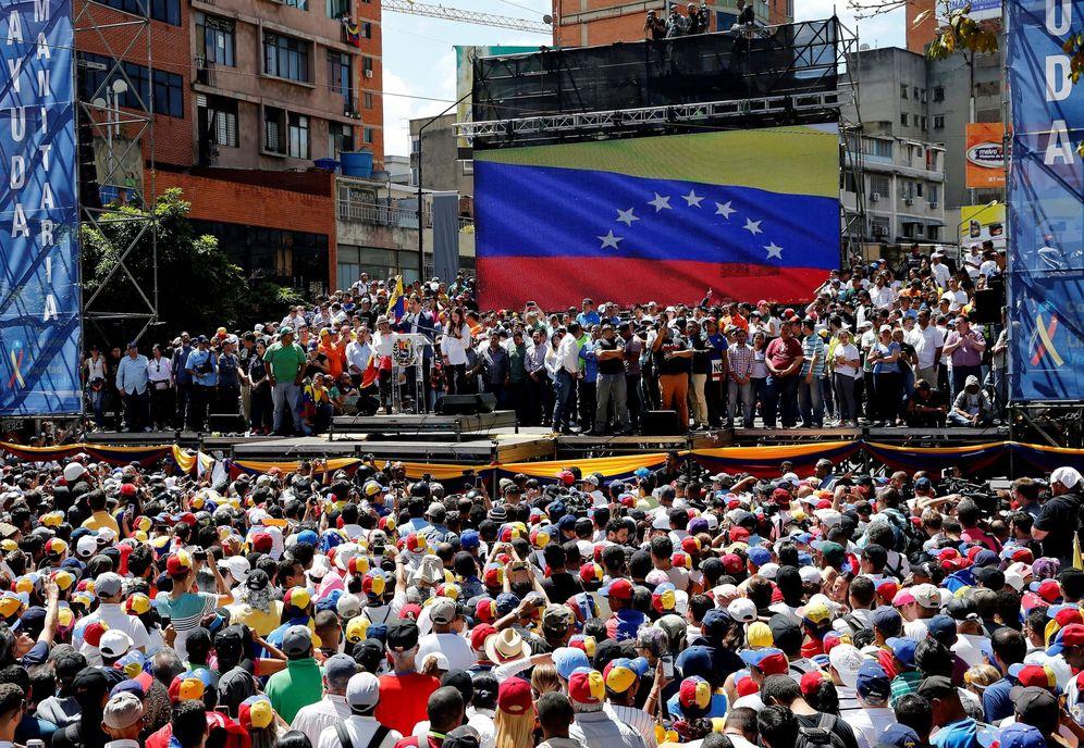 Foto: Juan Guaidó (c-i) participa en una concentración contra el Gobierno de Nicolás Maduro, en el barrio de Chacao, Caracas. (EFE)