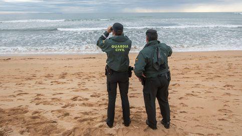 Un guardia civil se lanza al mar para rescatar a una mujer que había caído de un acantilado