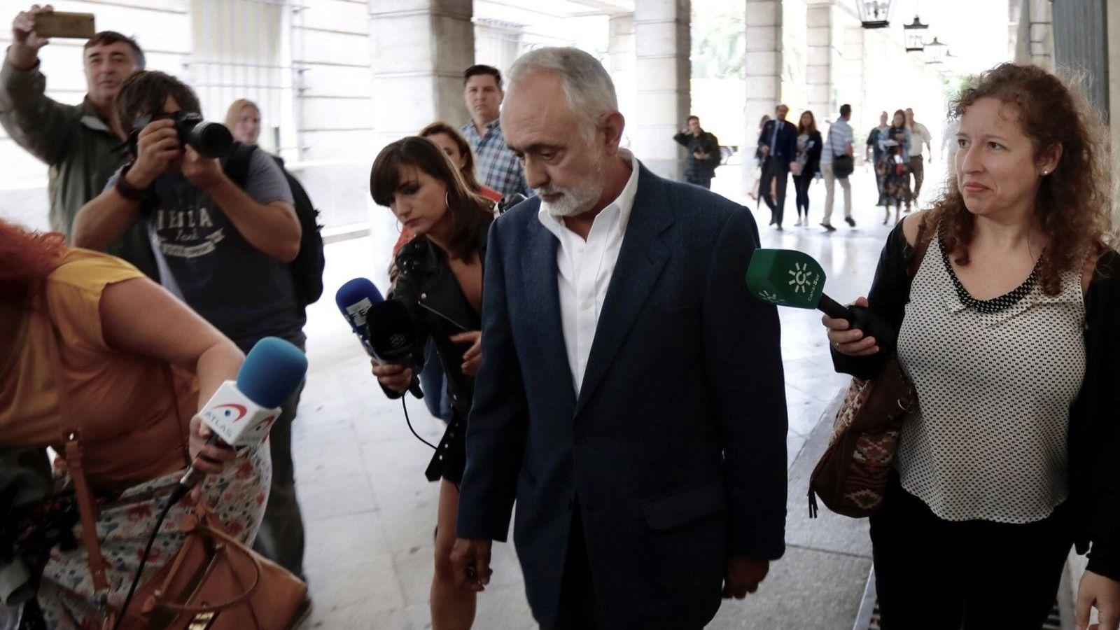 Foto: El exdirector de la extinta Fundación Andaluza Fondo Formación y Empleo (Faffe) Fernando Villén tras declarar hoy en el juzgado de Sevilla. (EFE)