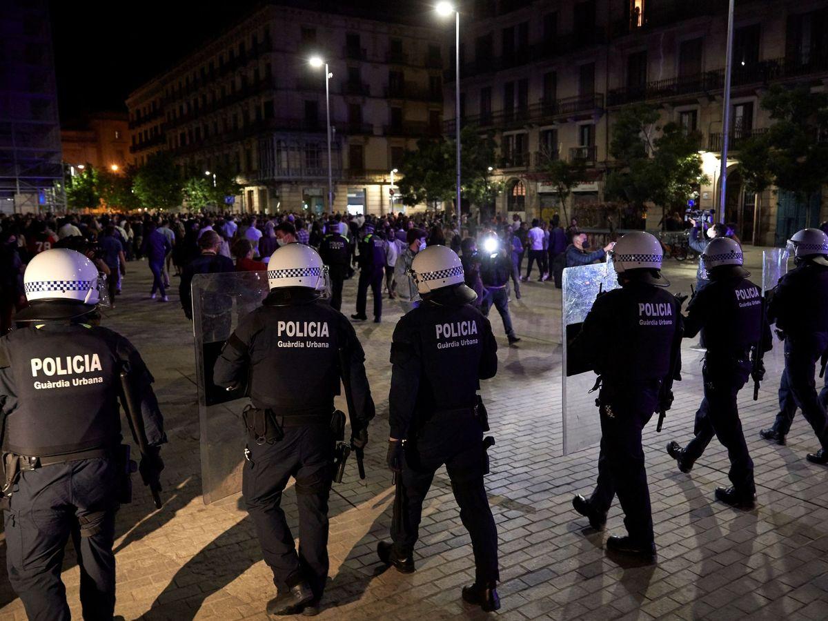 Foto: Unas 4.000 personas desalojadas de botellones en 31 puntos de Barcelona. (EFE)