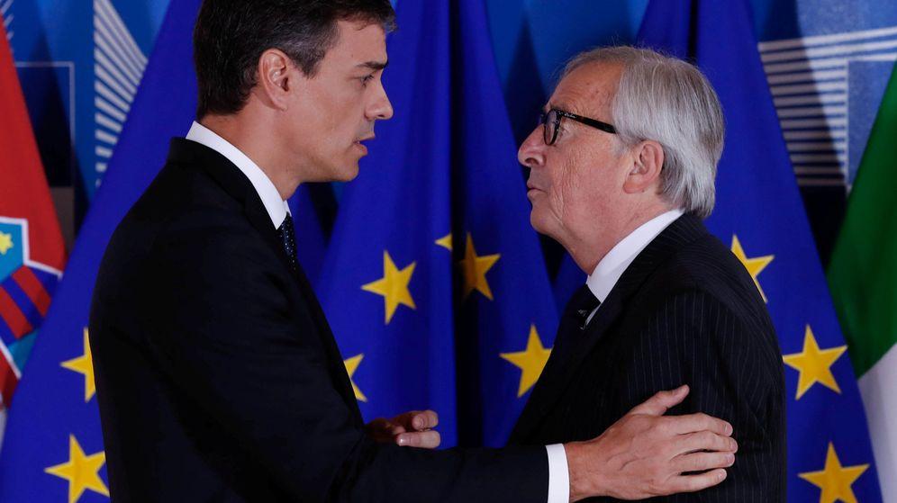 Foto: Pedro Sánchez charla con Jean-Claude Juncker, presidente de la Comisión Europea. (Reuters)