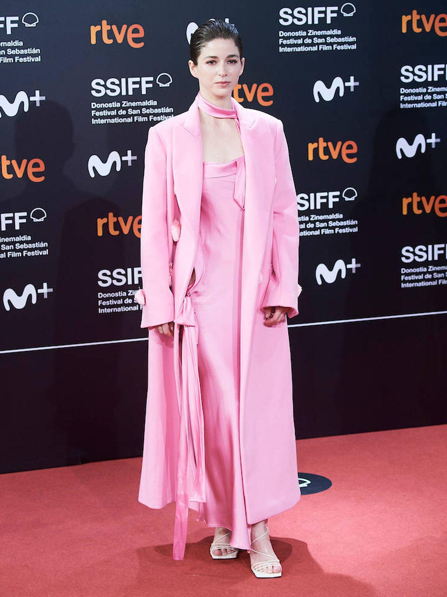 La actriz chilena Mariana Di Girolamo, con abrigo rosa oversize con botones XXL y vestido lencero del mismo color. (Limited Pictures)
