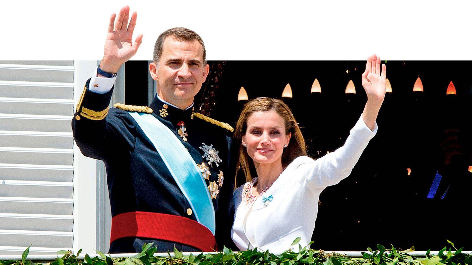 Foto: Los reyes Felipe y Letizia saludan desde el Palacio Real, el día de su proclamación. (Cordon Press)