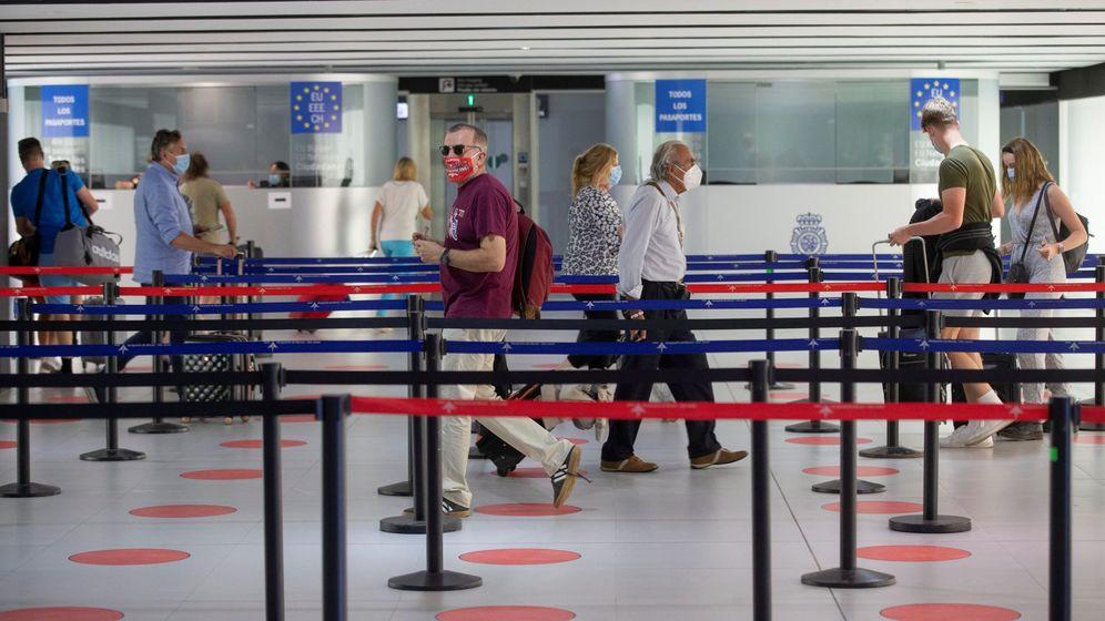 Foto: Varios pasajeros, a su llegada al aeropuerto internacional de la Región de Murcia. (EFE)