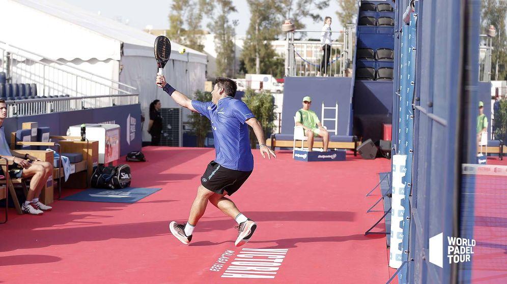 Foto: Cristian Gutiérrez golpeando desde fuera de la pista. (WPT)