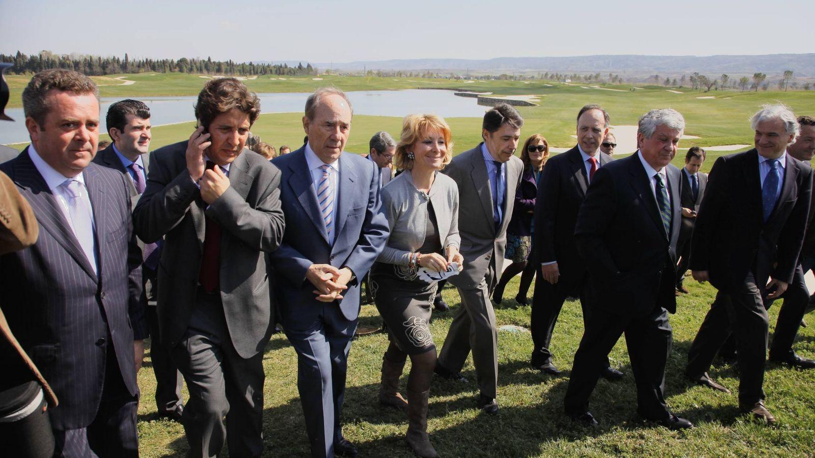 Foto: Aguirre, escoltada por Ignacio González y Joaquín Molpeceres, cuando inauguró el campo de golf de El Encín en marzo de 2011.