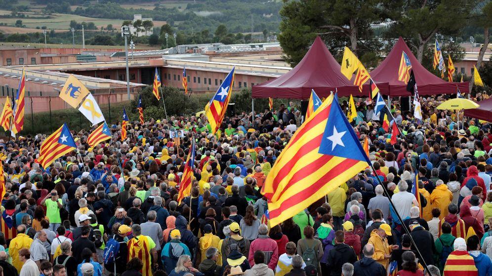 Foto: Concentración independentista frente a la cárcel de Lledoners. (EFE)