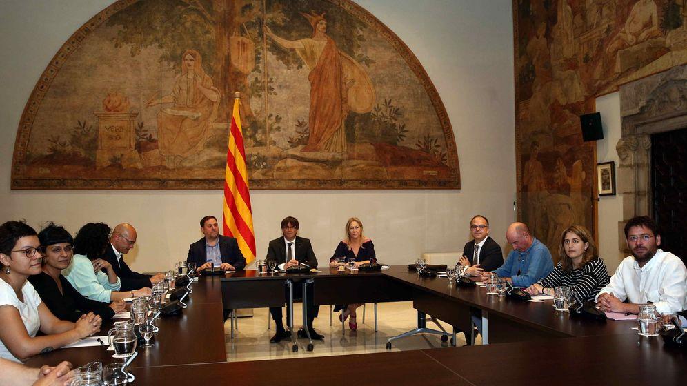 Foto: El presidente de la Generalitat, Carles Puigdemont, lidera la reunión de los partidos que conforman el Pacto Nacional para el Referéndum. (EFE)