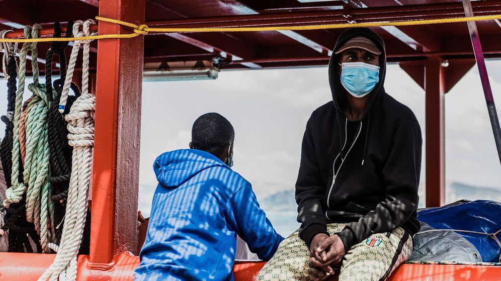 Foto: Dos de los migrantes rescatados por el Ocean Viking, a borde del buque el pasado 6 de julio. (Reuters)