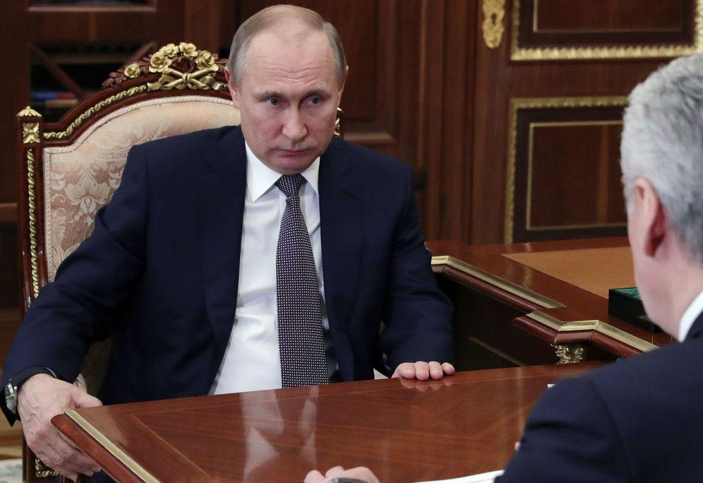 Foto: Vladimir Putin durante una reunión con Sergei Sobyanin, alcalde de Moscú, el 14 de abril de 2018. (EFE)