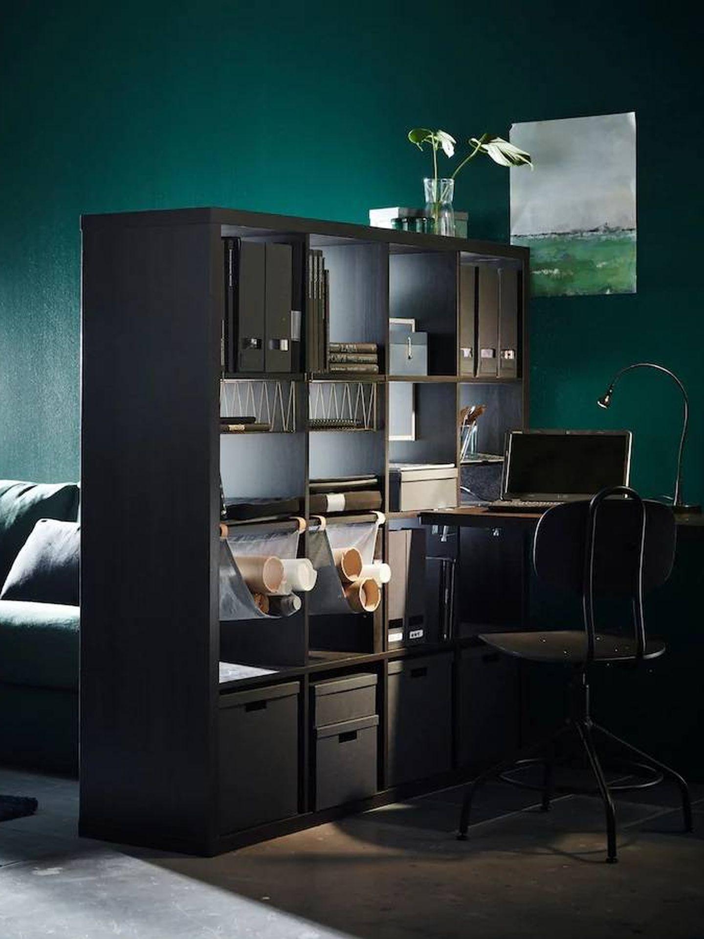 Con esta estantería de Ikea separan ambientes y sumas espacio de almacenaje. (Cortesía)