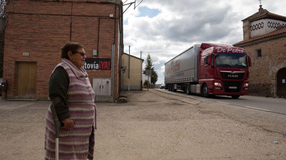 Foto: Asunción está acostumbrada a vérselas con grandes camiones al pie de su casa en Valdealvillo (Soria). (D.B.)