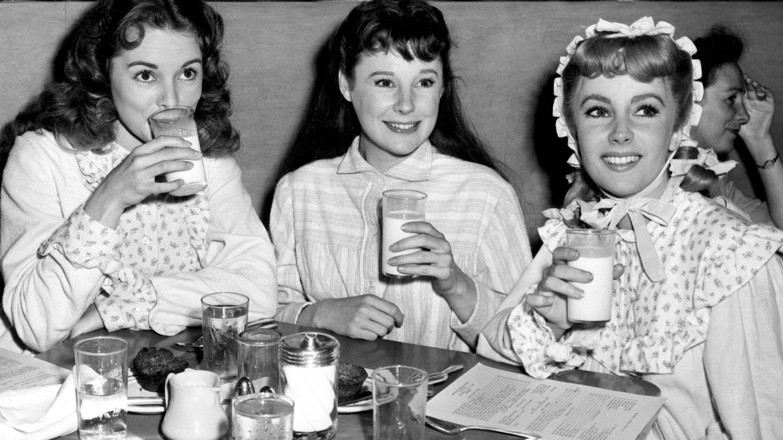 Janet Leigh, June Allyson (en el centro) y Elizabeth Taylkor en un descanso del rodaje de 'Mujercitas'.(Cordon Press)