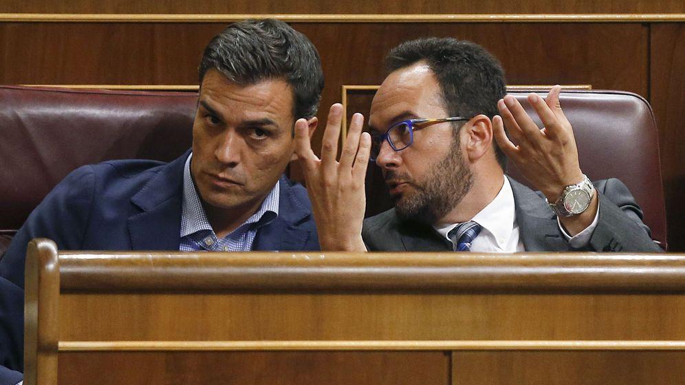 Foto: El líder del PSOE, Pedro Sánchez (i), conversa con el portavoz parlamentario de su partido, Antonio Hernando (d). (EFE)