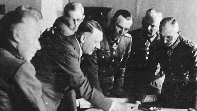 Hitler rodeado de miembros del OKW, el Alto Mando militar alemán - antrophistoria.jpg