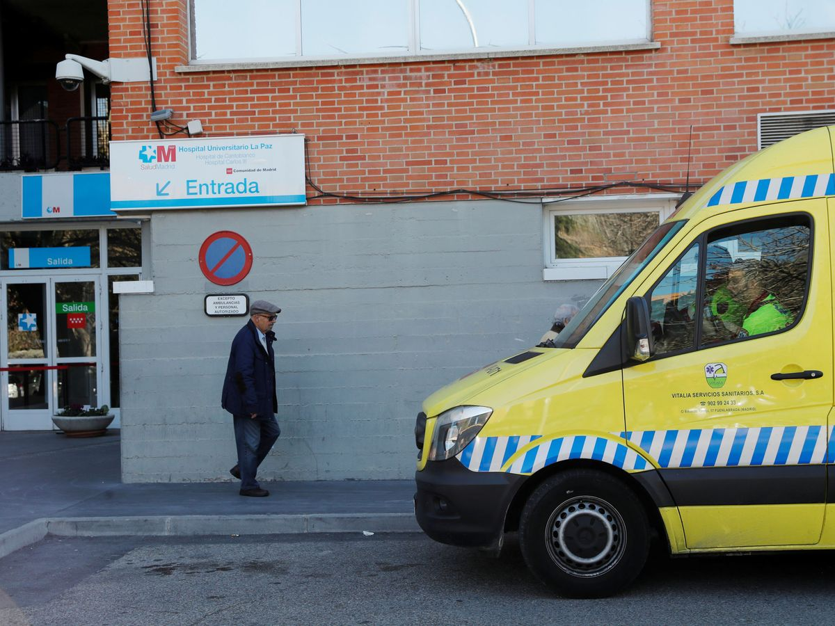 Foto: Un hombre en el hospital Carlos III. (Reuters)