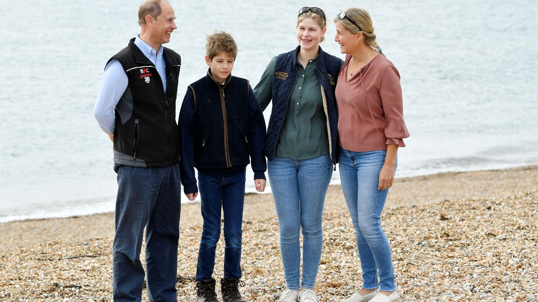 Lady Louise, con sus padres y su hermano durante la jornada de limpieza. (Reuters)