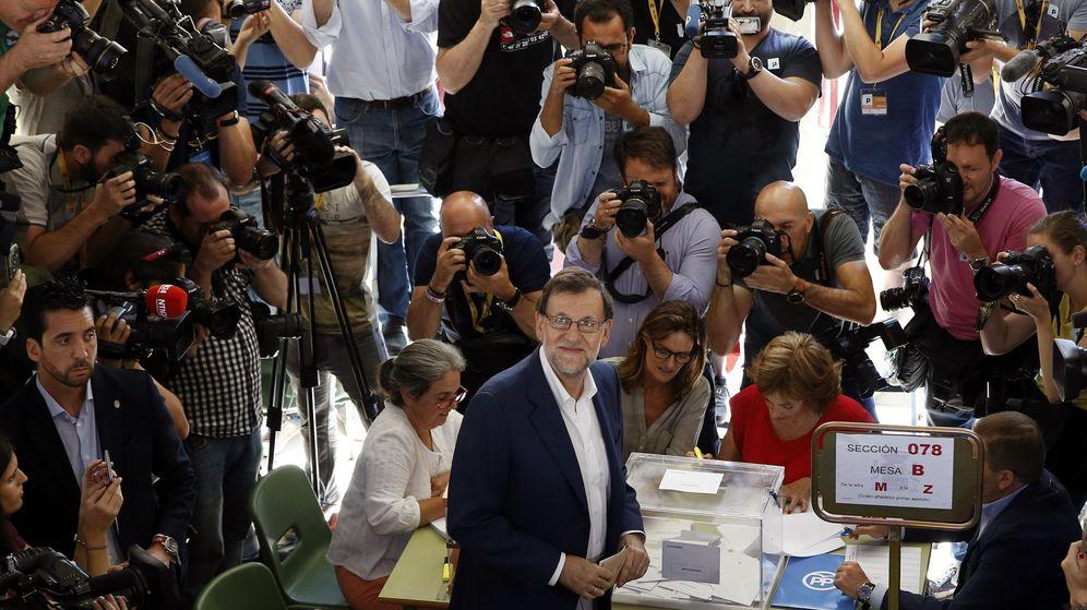 Foto: El presidente del Gobierno en funciones y candidato del Partido Popular para la reelección, Mariano Rajoy, tras ejercer su derecho al voto el 26-J. (EFE)