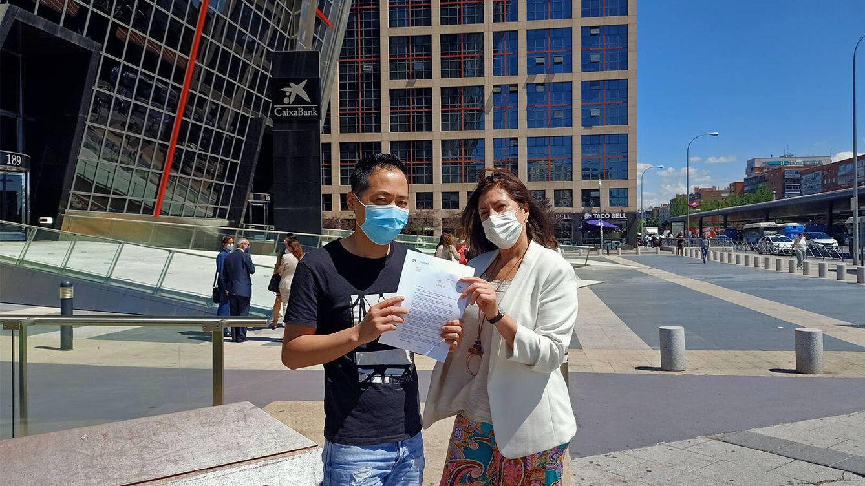 Foto: Bao, uno de los ciudadanos chinos afectados, acompañado de la abogada penalista Marisa Penín. (A. Mata)