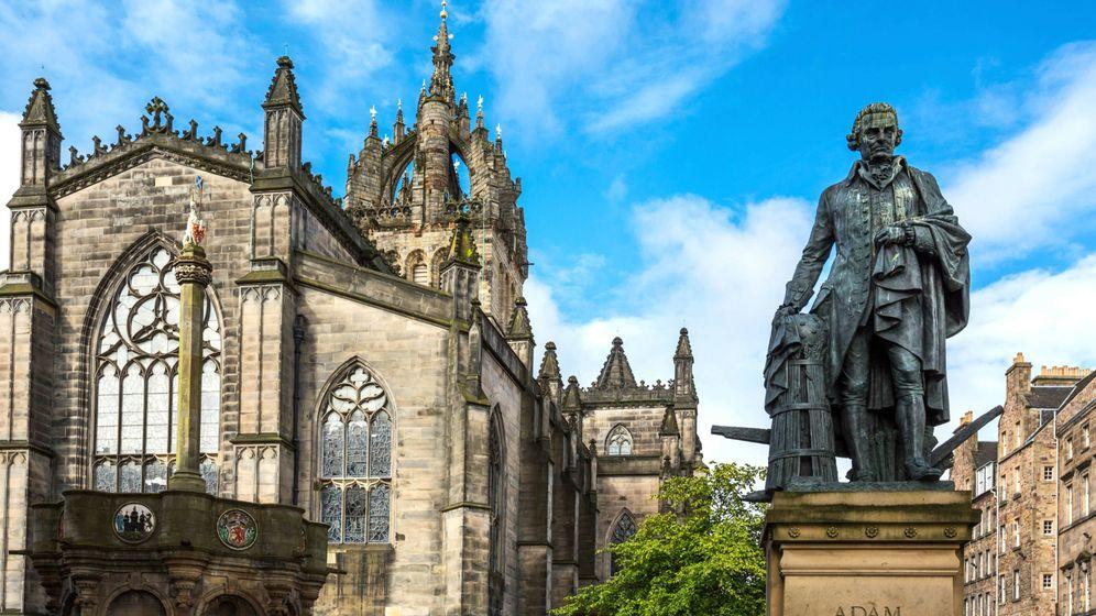 Foto: El monumento a Adam Smith en Edimburgo. (iStock)